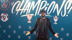 Dani Alves pose avec ses trophées pour annoncer son départ du