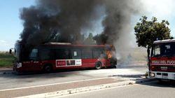 Due autobus in fiamme a Roma: uno in strada, l'altro incendiato da un uomo in