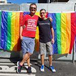Início da Parada do Orgulho LGBT reúne casais, crianças e até cachorros na