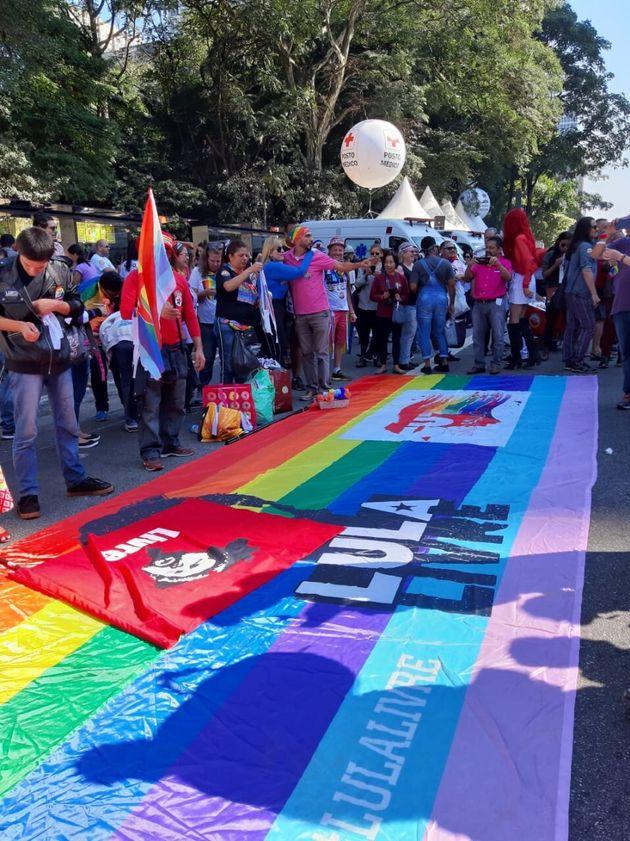 Em frente ao Masp, apoiadores do ex-presidente Lula (PT) estenderam uma faixa pedindo