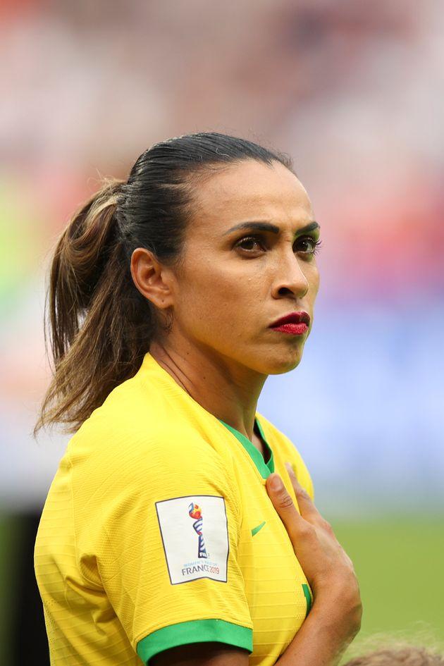 Marta entrou em campo usando um batom vermelho como forma de