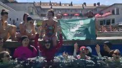 Une dizaine de femmes en burkini investissent une piscine à