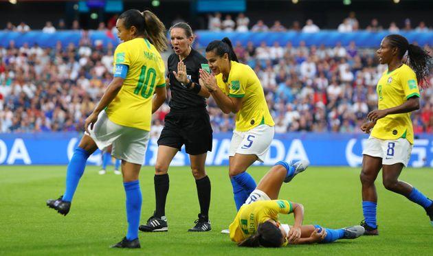 Imagem do lance em que Debinha é atingida por Wendie Renard, que leva seu primeiro cartão...