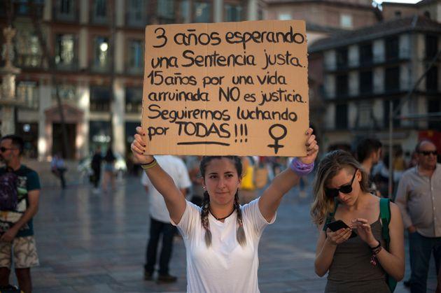 Una joven con un cartel tras conocerse la condena a La Manada por