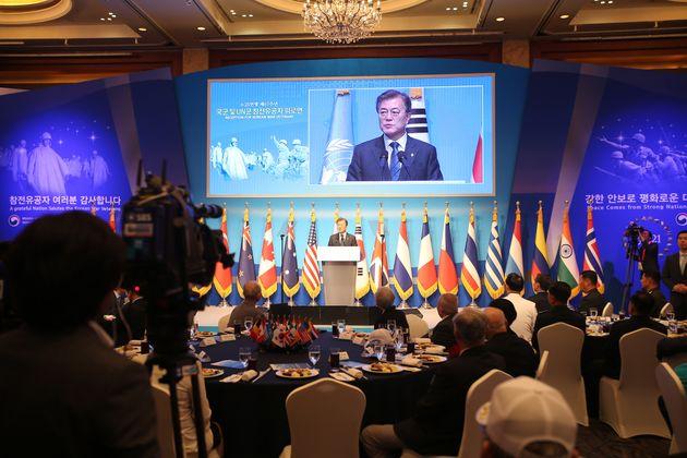 문재인 대통령이 23일 오후 서울 중구 롯데호텔에서 열린 '6.25전쟁 제67주년 국군 및 유엔군 참전 유공자 위로연'에서 인사말을 하고