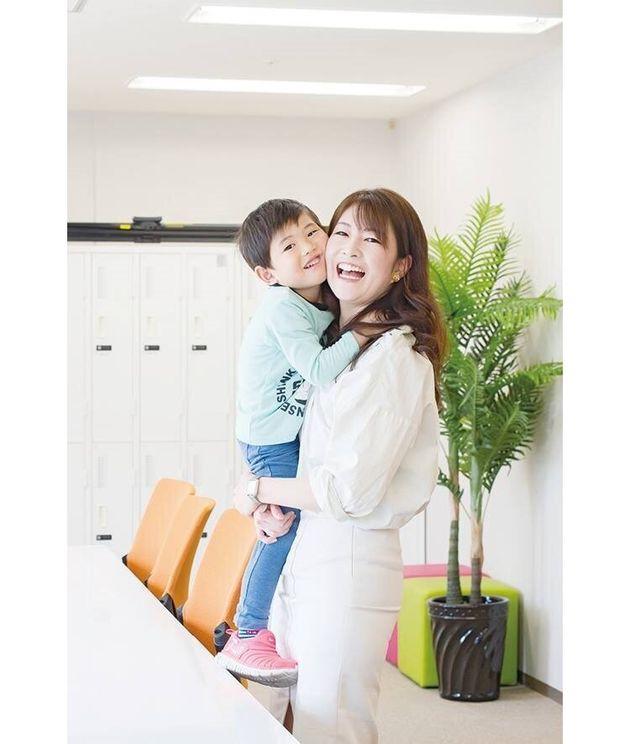 (右から)ライフキャリア・シナジーLab代表・小山佐知子さんと息子さん