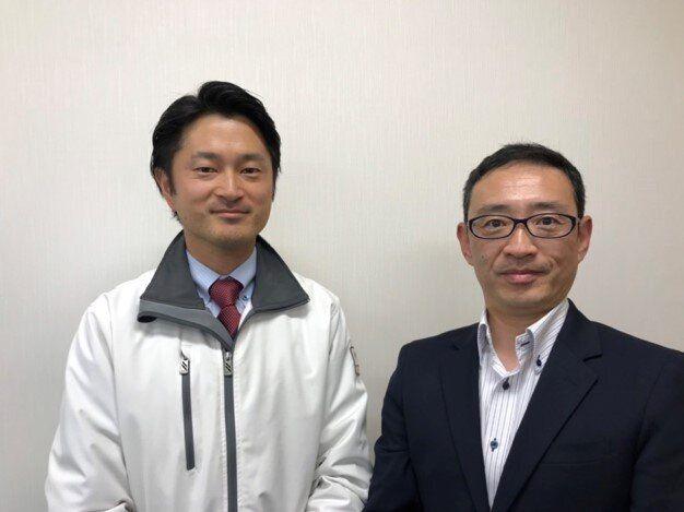 クールまくらの開発に尽力したトライ・カンパニーの市川智博さん(右)と山本被服の山本陵さん