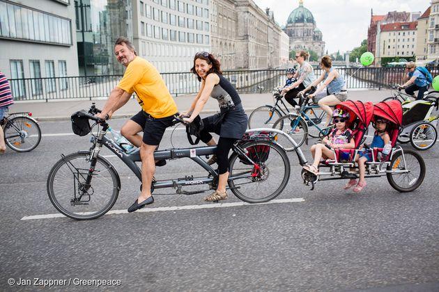 독일 베를린에서 자전거를 타고 있는