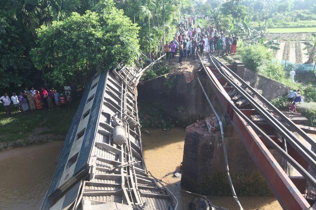 Εκτροχιασμός τρένου στο Μπαγκλαντές: Τέσσερις νεκροί και 100