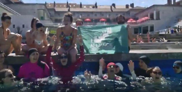 Des femmes en burkini investissent une piscine à
