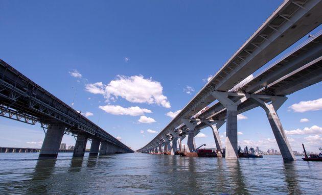 Le pont Samuel-de-Champlain à droite, une semaine avant son ouverture en direction