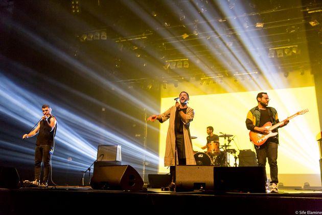 Mashrou'Leila sur la scène du théâtre Mohammed V. Au violonHaig Papazian, au...