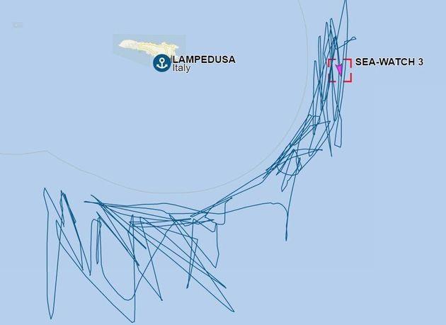Su e giù al limitare delle acque italiane. La rotta impazzita della Sea Watch