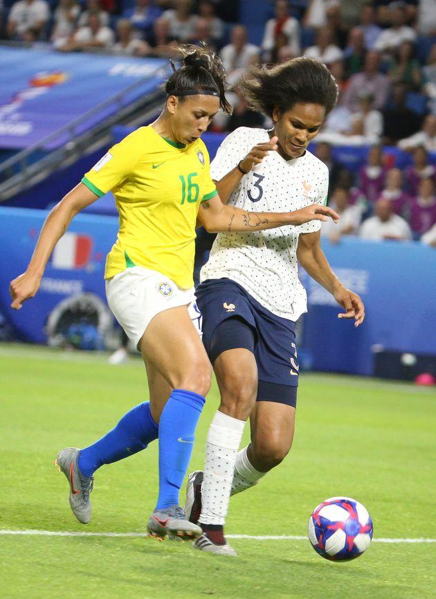 Bia Zaneratto e Wendie Renard em partida do Brasil x França na Copa