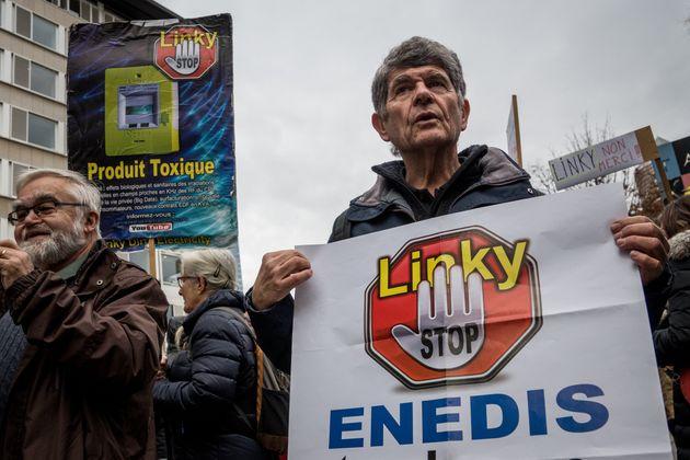 Compteurs Linky: plus de 400 personnes saisissent la