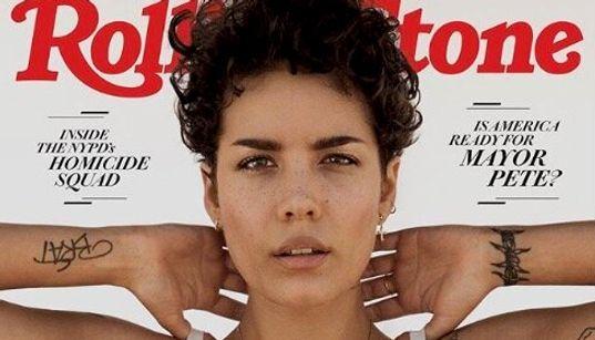 人気歌手ホールジー、脇毛を加工せずに雑誌の表紙を飾る。