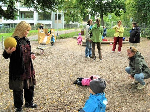 「フィンランドの公園でママ友を見つけるのは大変」と靴家さん。なぜなら、お母さんは昼間みな働いているから。