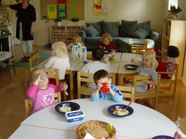 保育園で食事をとる子どもたち。たくさん食べれない子や好き嫌いがある子にも、そこまで厳しく食べさせようと指導しないのもフィンランド流。