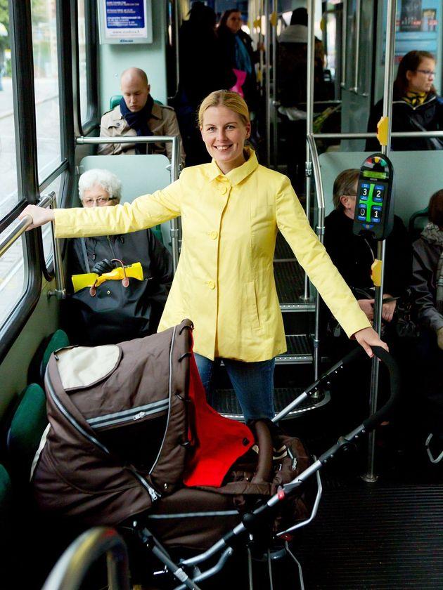 フィンランドのバスやトラムにはベビーカー専用スペースがある。ベビーカーは折りたたまずそのまま乗る。