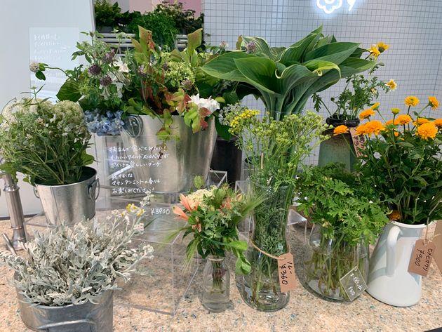 LUSH新宿店の入り口で販売される野花やオーガニックフラワー