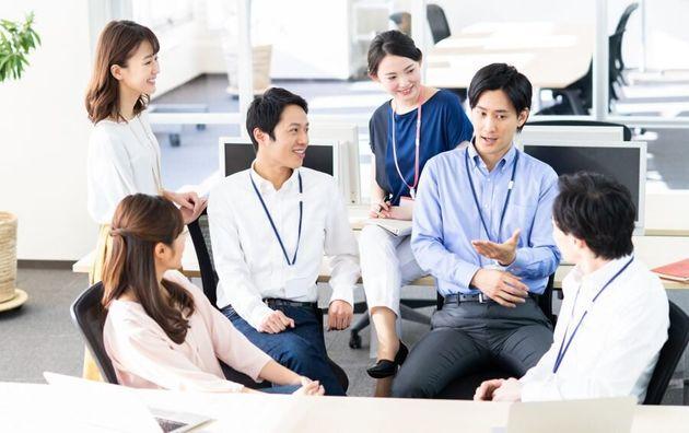 会社でコミュニケーションを取る人達のイメージ