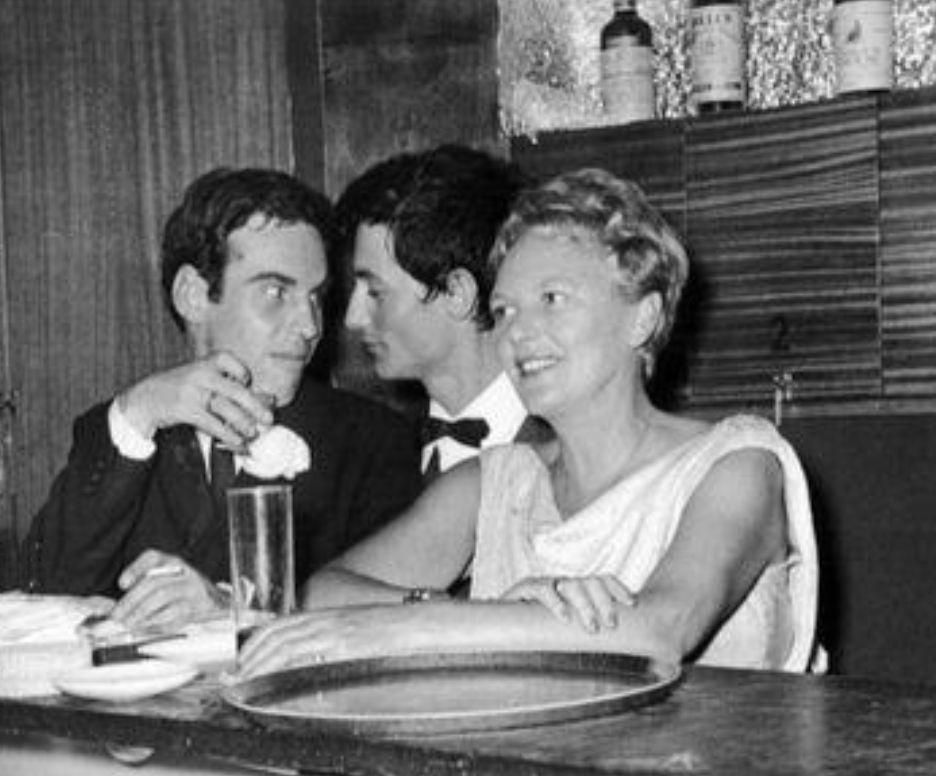 Pía Beck, dueña del bar The Blue Note, junto a una pareja de