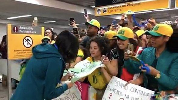 Jogadoras da seleção feminina de futebol chegam ao Brasil após participação...