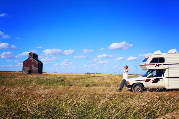 Martin posant devant notre <em>camper</em> en Saskatchewan lors de notre traversée du Canada.