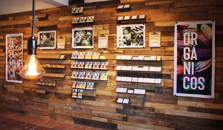 L'intérieur de notre boutique Choco. Chaque fabricant de chocolat a sa propre section ainsi qu'une petite biographie pour que les clients puissent en apprennent sur les gens derrière la barre de chocolat qu'ils achètent.