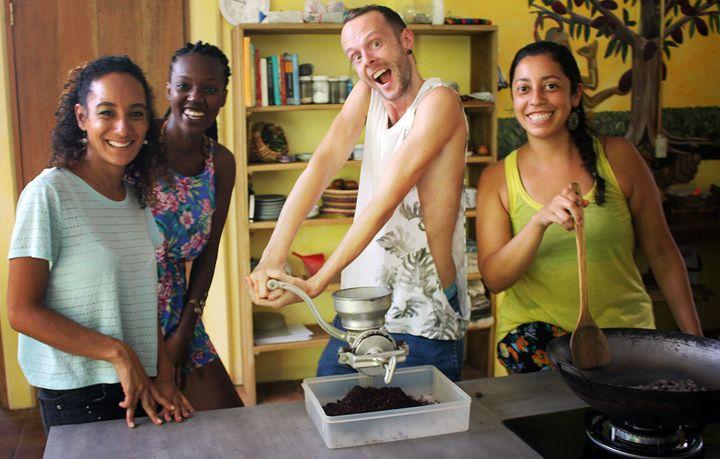 Nelson avec nos trois employés: Andreas, Cherry et notre gérante Priscila (de la gauche vers la droite).
