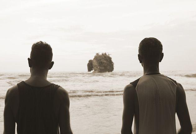 Martin (gauche) et Nelson devant un petite île sur la plage Cocles tout prêt de notre village...