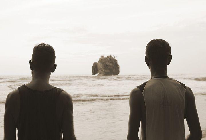Martin (gauche) et Nelson devant un petite île sur la plage Cocles tout prêt de notre village de Puerto Viejo.