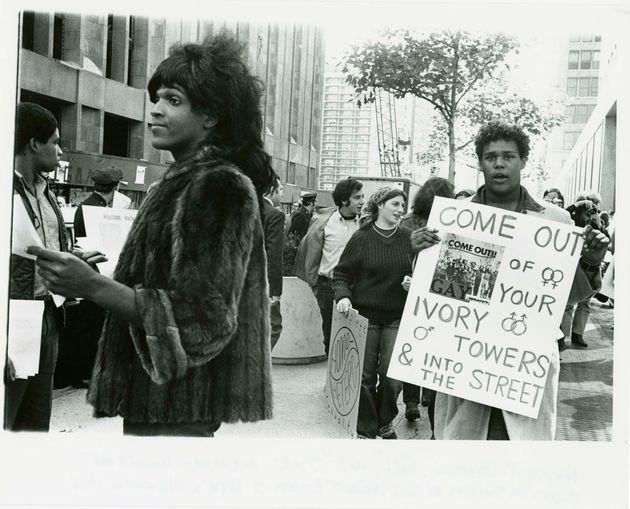 A ativista trans norte-americana Marsha P. Johnson em um dos protestos por direitos LGBT em Nova York...