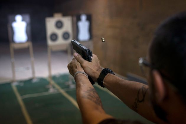 Bolsonaro revoga decreto de armas, mas edita outros