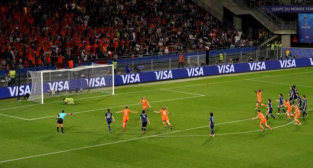 PKを決めて喜ぶ、オランダの選手たち