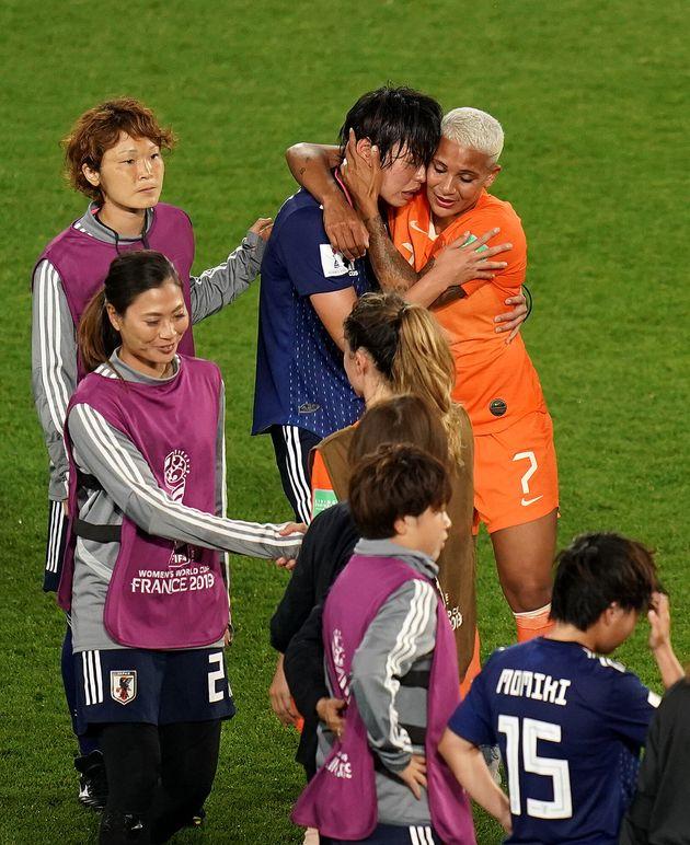 熊谷選手を抱きしめる、オランダのサンデン選手