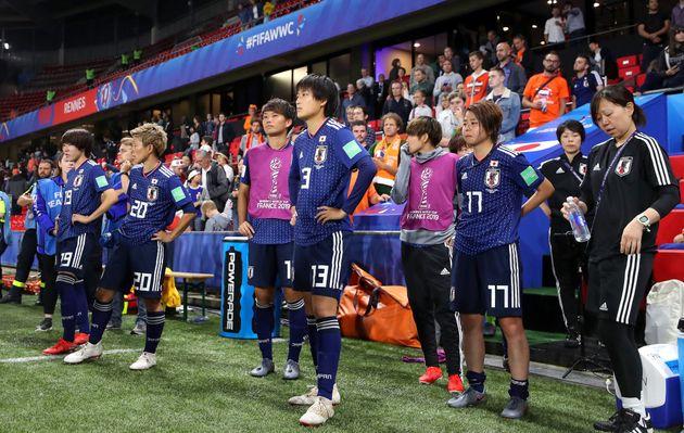 試合に敗れ、たたずむ日本の選手たち