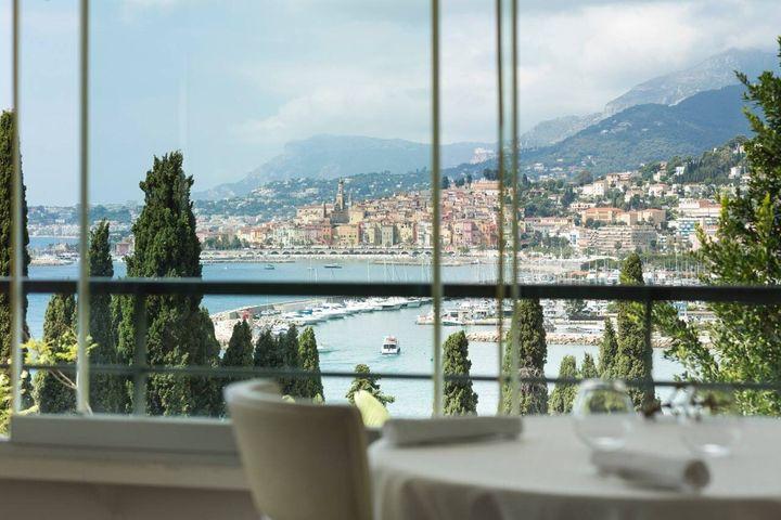 Restaurante francês fica em montanha de frente para o mar.