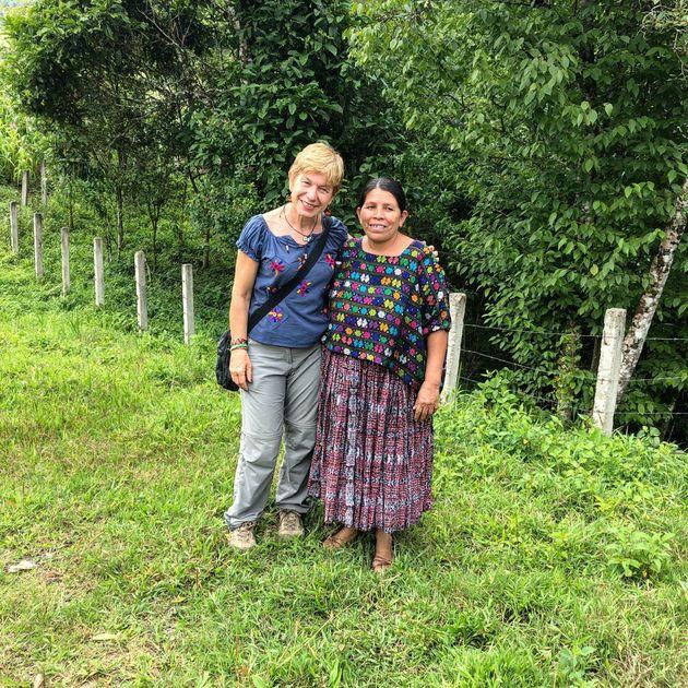 La autora con Imelda Choc, en Guatemala, junto a
