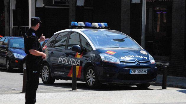 Detenido un hombre en Sevilla que amenazaba a su mujer con una ametralladora, un revólver y un