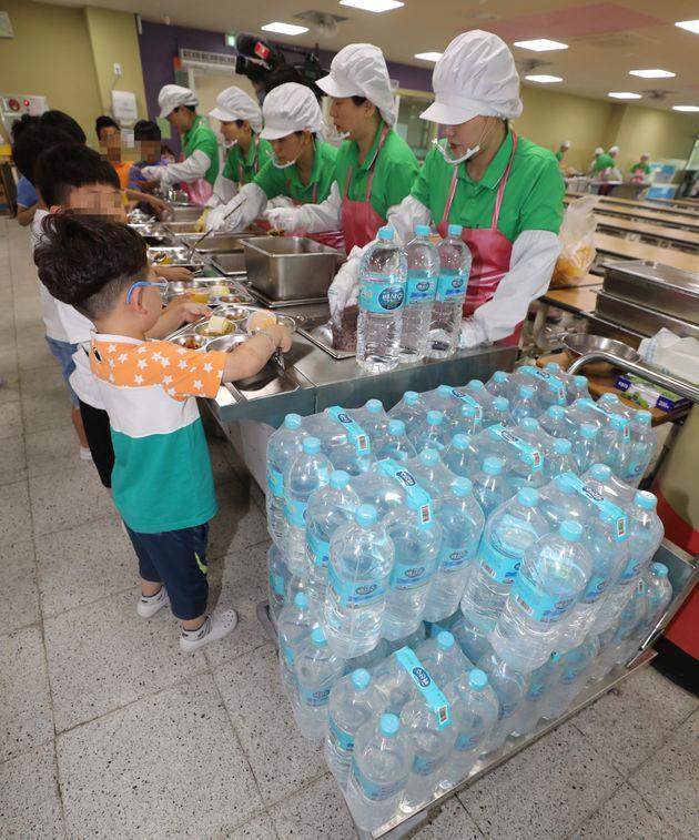 지난 17일 오전 인천 서구 가정동의 한 초등학교에서 생수를 이용해 급식을 하고
