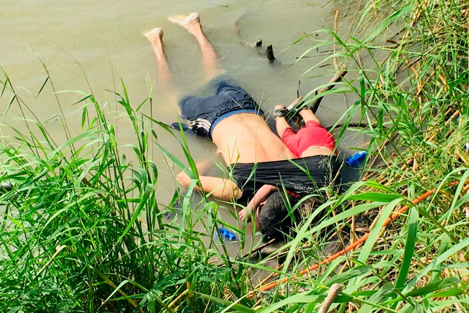 La foto shock del padre e della figlia annegati indigna gli