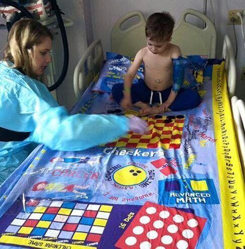 Un père invente des draps d'hôpital sur lesquels les enfants peuvent