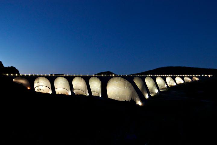 Le barrage Daniel-Johnson, anciennement connu sous le nom de Manic-5 et construit de 1959 à 1970, est un barrage à arcs multiples sur la rivière Manicouagan. Il est situé à 214 km au nord de Baie-Comeau.