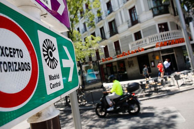 Señales de tráfico de Madrid Central, en la zona de Alonso