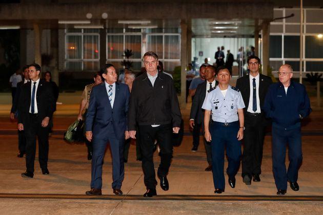 Bolsonaro e Mourão na Base Aérea de Brasília, antes do embarque do presidente para...