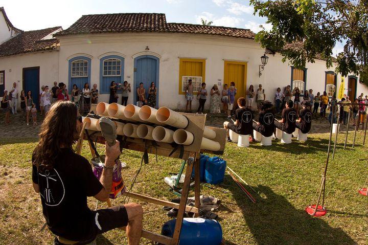 Apresentação do grupo Embatucadores em Paraty, no Rio de Janeiro.