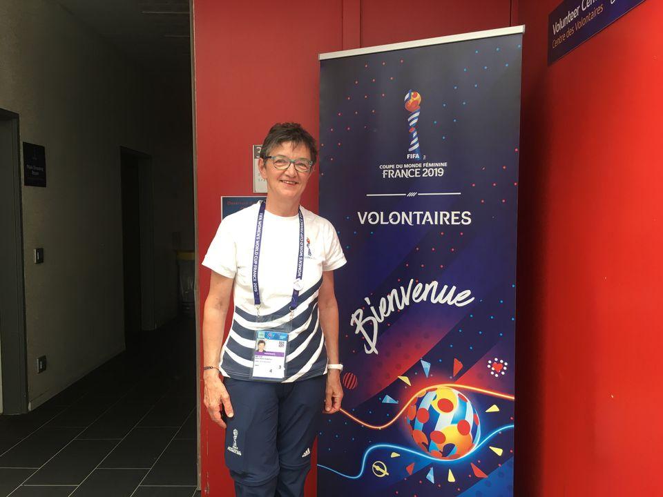 Aline Meyeratuou como voluntária durante o evento em seu