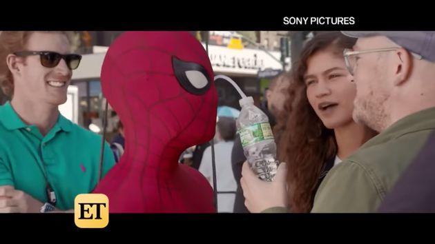 톰 홀랜드가 스파이더맨 마스크를 쓰고 물을 마시는 방법을