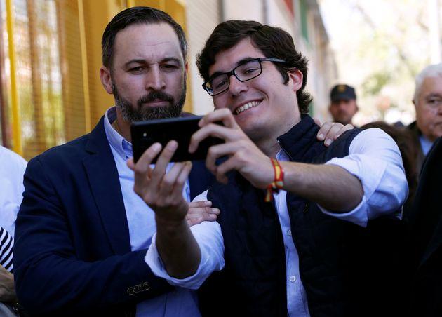 El líder de Vox, Santiago Abascal, y un simpatizante del partido de ultraderecha tomándose...